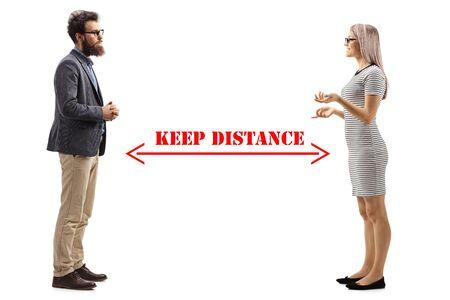 Photo de profil sur toute la longueur d'un homme et d'une femme parlant et une flèche dessinée entre eux avec un message garder la distance isolé sur fond blanc Banque d'images