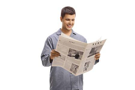 Homme en pyjama debout et lisant un journal isolé sur fond blanc