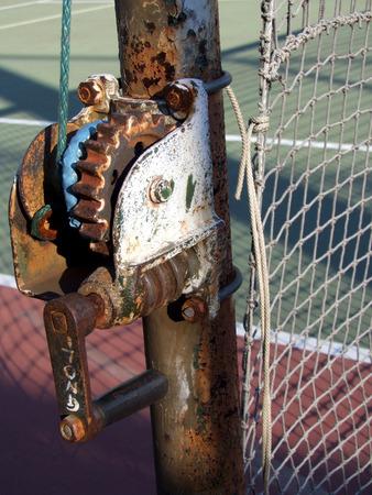 crank: Una manivela neta oxidada en una pista de tenis Foto de archivo