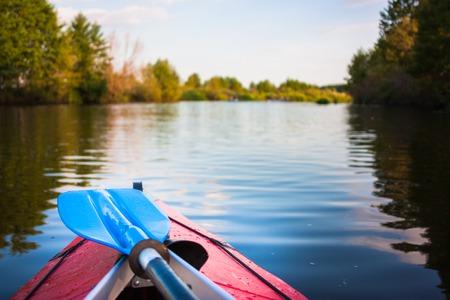Kayak boot met prachtige natuur rivier Stockfoto