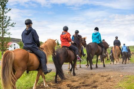 caballo: Grupo de jinetes a caballo en Islandia. Viaje hermoso país Foto de archivo