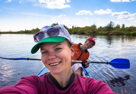 ocean kayak: Los j�venes est�n kayak en un r�o en la hermosa naturaleza.