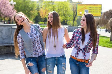 adolescentes felices inconformista jóvenes que se divierten en el parque de verano
