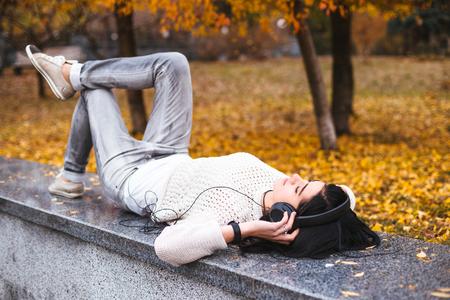 Automne concept de l'image de style de vie. Les feuilles d'automne tombé dans le parc