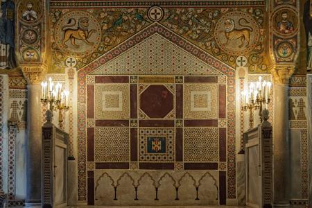 Leones ingleses con caras humanas, barbas y bigotes sobre mosaicos de estilo árabe en la Capilla Real (Cappella Palatina) - Palermo, Sicilia, Italia, 20 de octubre de 2011