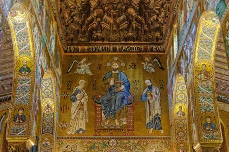 Mosaico de estilo bizantino de Cristo en Majestad con Pedro y Pablo en la Capilla Palatina (Capilla Palatina) del Palacio Normando (Palazzo dei Normanni) - Palermo, Sicilia, Italia, 20 de octubre de 2011