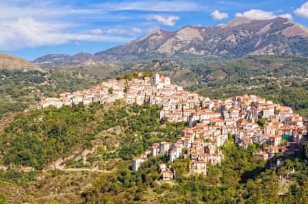 리 벨로 (Rivello)는 티레 니아 해 (Tyrrhenian sea) 위의 높은 경치 좋은 위치에있는 매력적인 중세 마을입니다 - Basilicata, Italy