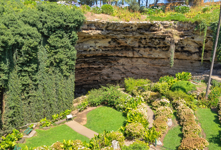 The Sunken Garden was built over a century ago in the Umpherston Sinkhole - Mount Gambier, SA, Australia Imagens