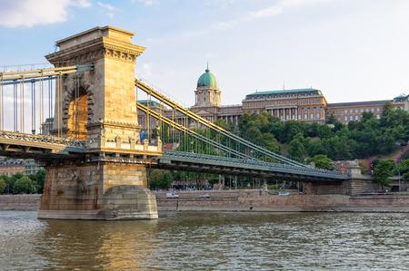 ドナウ川とブダペスト, ハンガリー - 鎖橋のブダ城 写真素材 - 88936376