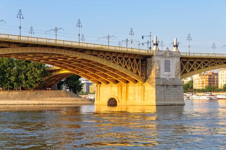 ドナウ川の上 3 ウェイ マーガレット ・ ブリッジは、銀行にブダとペストとマルギット島のリンクを接続します。