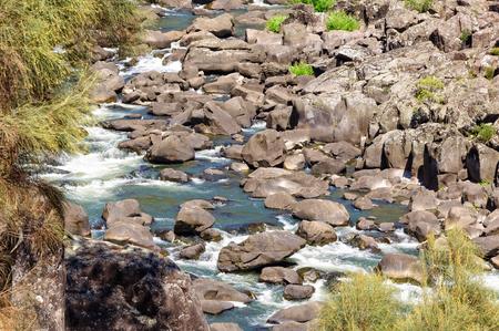 백악기 협곡 (Cataract Gorge - Launceston, Tasmania, Australia)에있는 South Esk River에서 침식 된 부드러운 암석