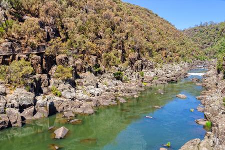 백내장 협곡 - Launceston, Tasmania, Australia의 1 차 분지 위의 South Esk 강