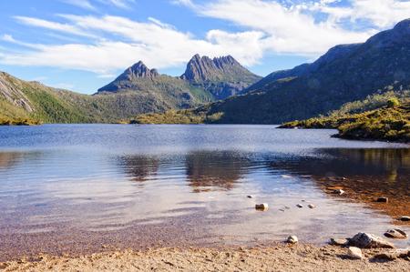 Een rustige plek aan de oever van Dove Lake onder de ruige Cradle Mountain - Tasmania, Australië Stockfoto