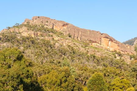 Wonderland Range in the Grampians is layers of tons of sandstone laid down by ocean waves more than 400 million years ago and then subjected to millions of years of erosion - Halls Gap, Victoria, Australia Banque d'images