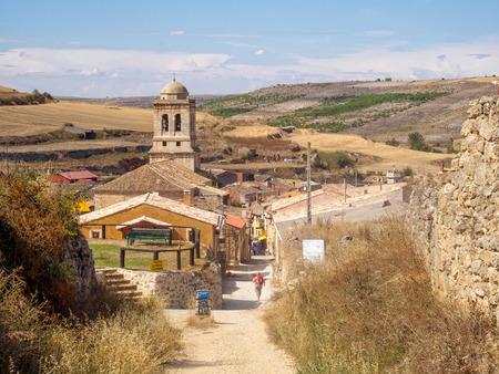 Campanario de la iglesia parroquial de la Concepción del siglo XVI escondido en un pequeño valle de la Meseta - Hontanas, Castilla y León, España