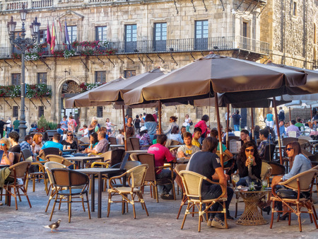 Locals and tourists relax and enjoy some drink and meal in the Main Square (Plaza Mayor) - Leon, Castile and Leon, Spain, 20 September 2014 Éditoriale