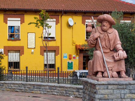 Statue of a tired pilgrim in front of the Tio Pepe hostel (albergue) - Villar de Mazarife, Castile and Leon, Spain Banco de Imagens - 109865443