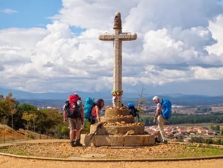 Peregrinos en la cruz de piedra en conmemoración del obispo Toribio del siglo V - Astorga, Castilla y León, España, 23 de septiembre de 2014