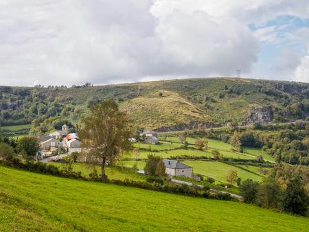 Avvicinandosi a un piccolo villaggio di Camino circondato da prati verdi lussureggianti - Linares, Galizia, Spagna