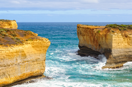 The missing middle section of London Bridge - Port Campbell, Victoria, Australia Archivio Fotografico - 125675717
