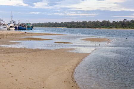Autumn late afternoon at the  Cunninghame Arm of Gippsland Lakes - Lakes Entrance, Victoria, Australia 免版税图像