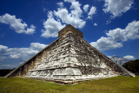 a waild angle of the chichen itza temple photo