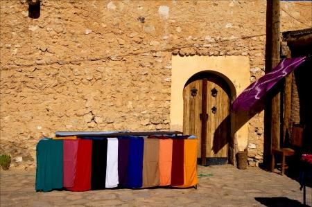 Puerta del mercado y la ropa en Tamerza Túnez Foto de archivo - 16591801