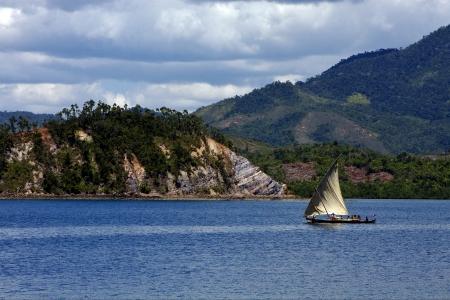 Colina tropical laguna navegable nublado espuma y la costa de Madagascar Nosy Be Foto de archivo - 17995200