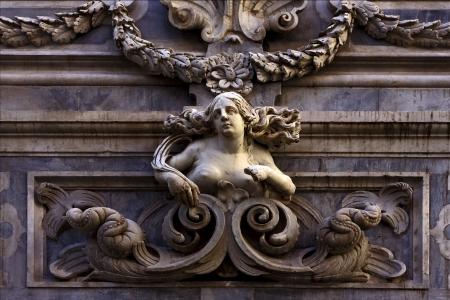 kilo: estatua de una mujer en el centro de N�poles Italia iglesia san domenico kilo plaza