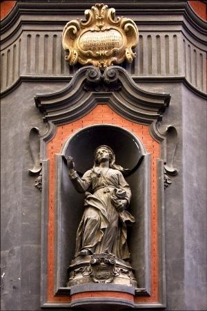 kilo: estatua de una mujer en el centro de italia napoli iglesia san domenico kilo plaza Foto de archivo