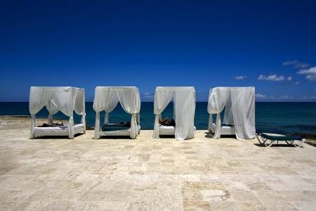 republica dominicana cama cortina tienda almohada m�rmol paz y tranquilidad cerca de la playa del Caribe photo