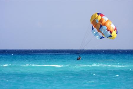 parachute Mexique Playa ski nautique del Carmen dans l'oc�an Banque d'images