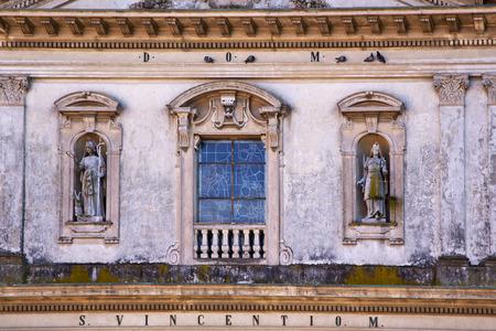 rose window: Caronno Varesino chiesa croce Varese Italia la vecchia finestra e parete a mosaico rosa nel cielo