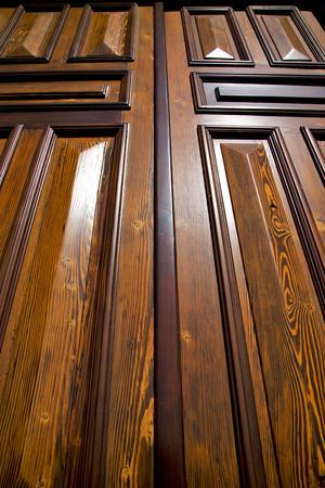 Sumirago abstrait laiton brun rouille marteau dans un Curch de porte ferm�e bois Lombardie Varese Italie