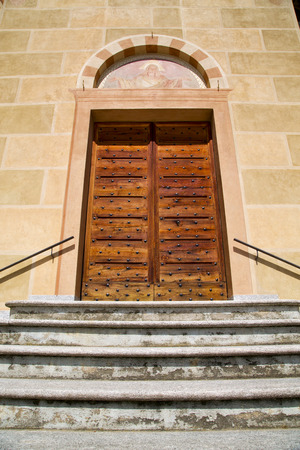 rose window: Tradate Italia Chiesa varese la vecchia porta d'ingresso e mosaico giornata di sole rosone