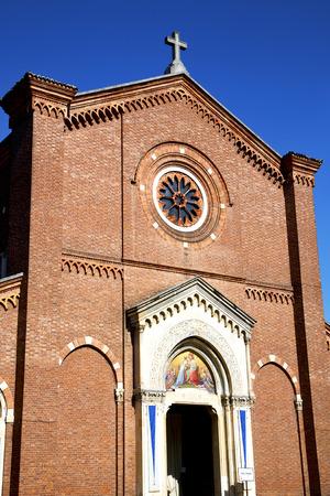 rose window: Italia Lombardia nella vecchia chiesa muro torre di mattoni chiuso castellanza rosa tegola finestra Archivio Fotografico