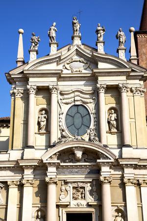 rose window: Italia Lombardia nella vecchia chiesa muro torre di mattoni chiuso busto arsizio rosa tegola finestra astratto Archivio Fotografico