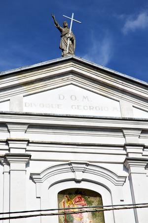 rose window: Italia Lombardia nella vecchia chiesa muro torre di mattoni chiuso legnano rosa tegola finestra Archivio Fotografico
