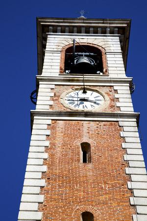 sunny day: Arsago Seprio viejo resumen en italia la pared y la iglesia campanario d�a soleado