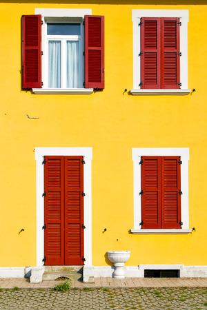 sunny day: ventana roja palacios Borghi Varano ITALIA abstracta madera soleado d�a persiana veneciana en el ladrillo de hormig�n