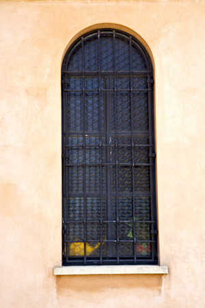rose window: Italia Lombardia nella vecchia chiesa muro torre di mattoni chiusa jerago rosa tegola finestra Archivio Fotografico