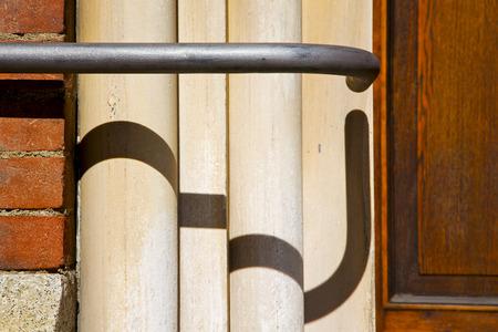 milan en Italie brique ancienne �glise mur de b�ton le fond abstrait en pierre