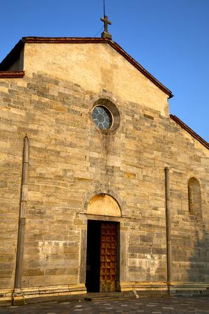 Italie Lombardie dans la vieille �glise brebbia tour mur de briques ferm�e