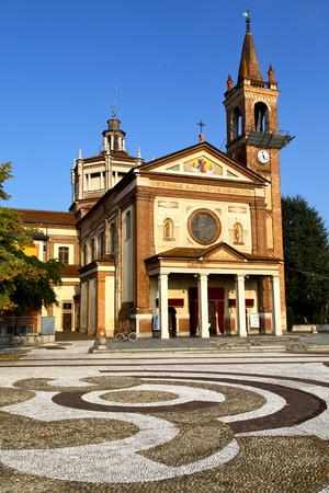 dans la vieille �glise ferm�e Parabiago tour en briques trottoir Italie Lombardie
