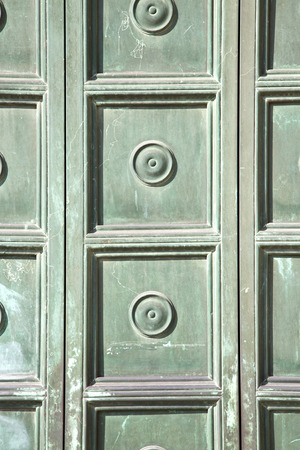 brebbia rouill�e abstraite laiton brun marteau dans un curch de porte ferm�e bois Italie Lombardie