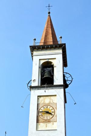 sunny day: monate Travedona viejo resumen en italia la pared y la iglesia campanario d�a soleado