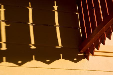 trou et r�flexe dans une terrasse bois jaune Colonia del Sacramento uruguay Banque d'images