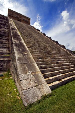 kukulkan: las escaleras del templo de Chich�n Itz�, kukulkan, el castillo, quetzalcoatl Foto de archivo