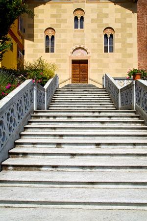 sunny day: soleado d�a italia tradate iglesia varese la antigua entrada de la puerta y las ventanas de mosaico