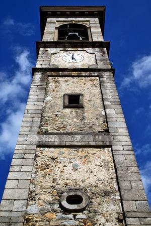 sunny day: Sumirago vieja resumen en italia la pared y la iglesia campanario d�a soleado